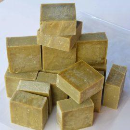 Lot de 16 à 18 savons de Marseille brut EXTRA PUR à l'huile d'OLIVE - Savons issus d'une barre brut coupée en savonnettes de 80g-100g prêts à l'utilisation, poids total minimum 1.4 kg - Garantie sans huile de pal